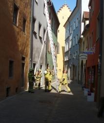 Die mobile Leiter wird aufgebaut.