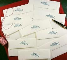 Personalisierte Büttenumschläge für die Hochzeitseinladung. Linoldruck.