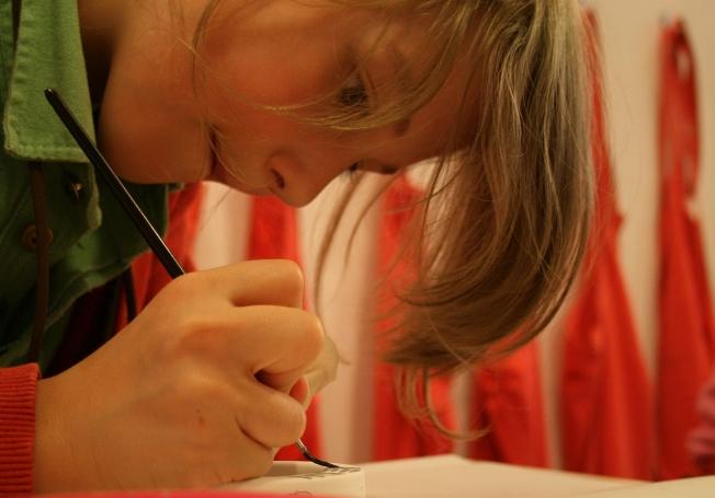 Ein Buchkind konzentriert bei der Arbeit.